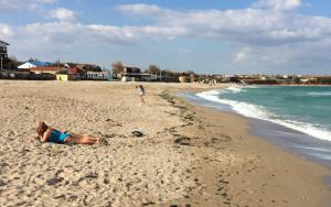 Temperatura neobişnuit de ridicată a scos oamenii la plajă în costumul de baie pe malul Mării Negre, deşi e finalul lunii octombrie. Ce spun medicii