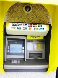 ATM-uri atacate de carderi! Aproape 100 de clienți păgubiți